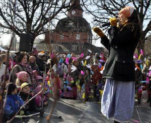 Se llama påskkärringar al disfraz de de bruja que llevan los niños